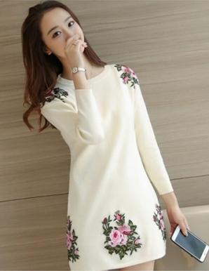 Đầm len hoa hồng màu trắng - B3591