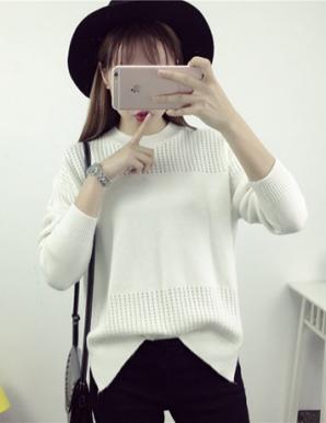 Áo len form rộng xẻ tà màu trắng - B3783