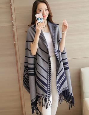 Áo len choàng có nón in họa tiết màu xám - B3794